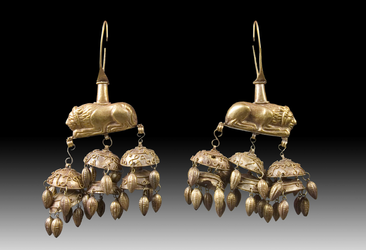 Earrings in the form of crouched lions with pendants